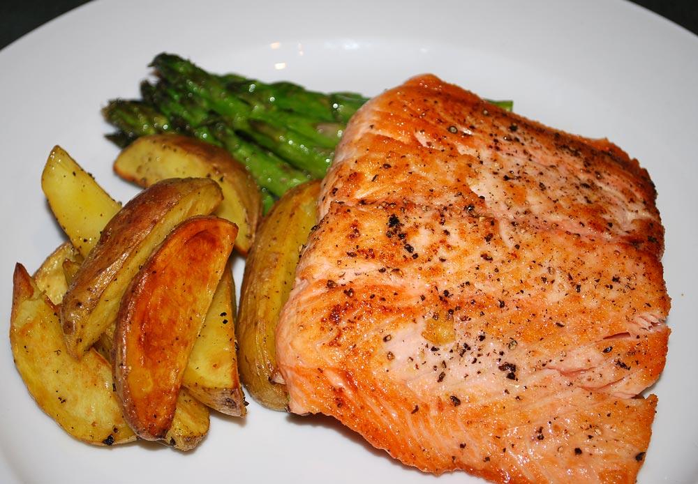 Spicy Portuguese Salmon with Asparagus (Salmon com Asparagos) -